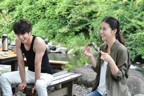 タンクトップ姿で鍛え上げられた二の腕を披露した中村蒼(左)=TBSドラマ『せいせいするほど、愛してる』
