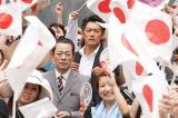大群衆の中を捜査する特命係の杉下右京(左)と冠城亘(C)2017 「相棒-劇場版IV-」パートナーズ