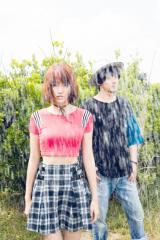 越野アンナ(写真左)は映画『あやしい彼女』にも出演