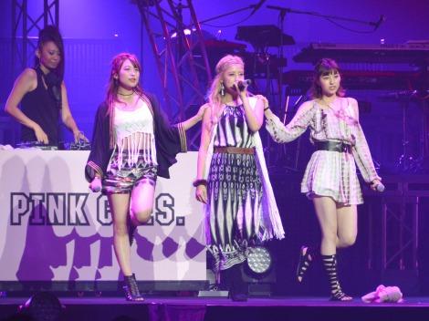 Berryz工房・夏焼雅(中央)が率いる新ユニット『PINK CRES.(ピンクレス)』(左から)二瓶有加、夏焼雅、小林ひかる=『Buono!』の単独ライブ『Buono! Festa 2016』 (C)ORICON NewS inc.