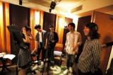 たかみなとレコーディングを行うOKAMOTO'S