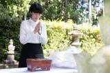 井伊直虎の墓に手を合わせる柴咲コウ (C)NHK