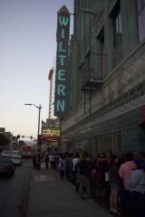 ロサンゼルスのウィルターン劇場外には行列ができた