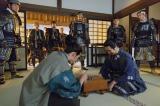 NHK大河ドラマ『真田丸』第34回「挙兵」より。七将の軍勢が石田家になだれ込み…(C)NHK