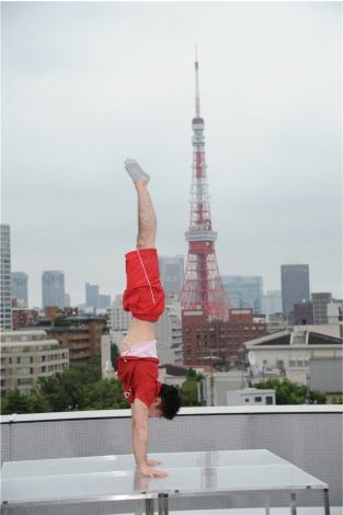 東京タワーをバックに美しい倒立の模範演技を披露した内村航平選手