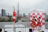 東京タワーをバックに美しい倒立の模範演技を披露する内村航平選手