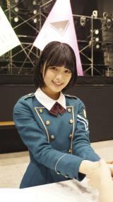 欅坂46初の全国握手会でファンとふれあう平手友梨奈