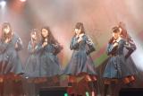 千葉・幕張メッセで開催された握手会でデビュー曲「サイレントマジョリティー」を披露した欅坂46 (C)ORICON NewS inc.