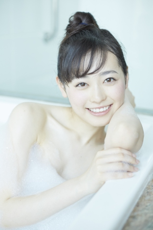 泡風呂ショットも公開=福原遥 写真集『はるかかなた』