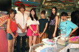 JYこと知英(左から3人目)が月9ドラマ『好きな人がいること』の撮影現場を表敬訪問