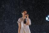 ずぶ濡れになりながら歌う西野七瀬