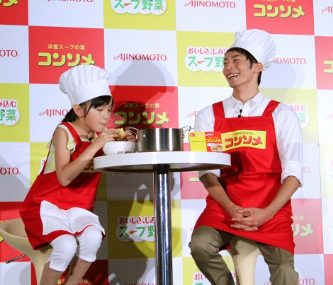 スープ野菜を味わう鈴木(左から)鈴木梨央と入江陵介選手 (C)oricon ME inc.