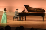 広瀬がヴァイオリン、山崎がピアノ。クランクイン半年前から猛練習を重ねて臨んだ演奏シーン(C)2016フジテレビジョン 講談社 東宝(C)新川直司/講談社シーン