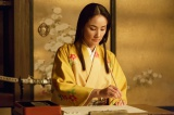 NHK大河ドラマ『真田丸』第28回より。文を書く稲の前におこうが現れ…(C)NHK