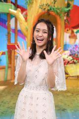 日本テレビ系『誰だって波瀾爆笑』の新MCに就任した岡田結実 (C)日本テレビ