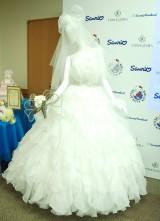 ウエディングドレスのポイントは大きなリボン&ベルトの刺繍 (C)ORICON NewS inc.