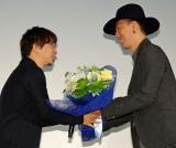 『君の名は。』大ヒット御礼舞台あいさつに出席した(左から)新海誠監督、RADWIMPS・野田洋次郎 (C)ORICON NewS inc.