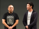 公演延期のお詫びであいさつした極楽とんぼ・山本圭壱(左)と加藤浩次