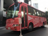 AKB48が新曲「LOVE TRIP」MVで使用したバスを東京・秋葉原で展示中