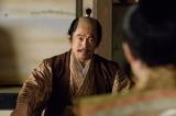 大河ドラマ『真田丸』第35回「犬伏」より。家康(内野聖陽)は秀忠に指示を出す(C)NHK