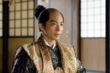 大河ドラマ『真田丸』第35回「犬伏」より。家康は秀忠(星野源)に指示を出す(C)NHK