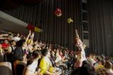 最後は客席に向かってブーケトス photo by HAJIME KAMIIISAKA