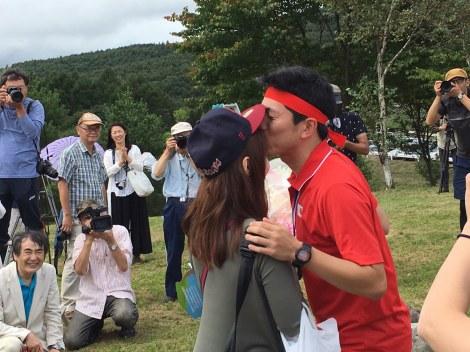 """錦織圭選手スタイルでプロポーズしたキャベツ確認中・しまぞうZ。""""マイケル・チャン似""""の彼女のおでこにキスをした(写真提供:よしもとクリエイティブエージェンシー)"""