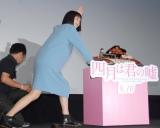 誕生日ケーキを運ぶ広瀬すず=映画『四月は君の嘘』公開直前イベント (C)ORICON NewS inc.