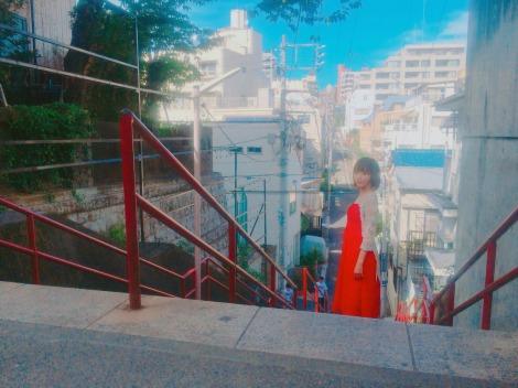 映画『君の名は。』の聖地・須賀神社を訪れた宮脇咲良(写真はツイッターより)