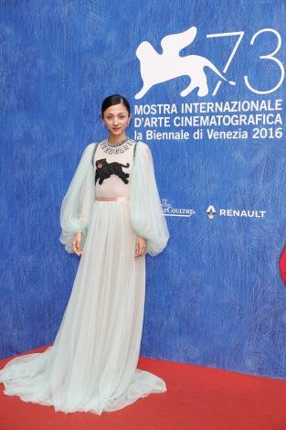 シースルーのロングドレス姿も披露した満島ひかり=第73回ベネチア国際映画祭