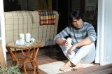信次は憎んでいたはずの酒に溺れていく(C)テレビ朝日