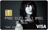 『花澤香菜VISAカード』 モノクロの撮り下ろし写真が採用されている