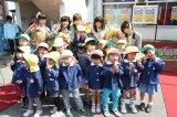 地元の保育園児から花束をプレゼントされたSKE48メンバー(C)AKS