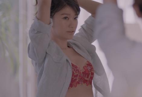 トリンプ『天使のブラ 極上の谷間』新CMに出演する篠原涼子