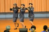交通安全イメージソングを初披露した(左から)松井りな、岡田彩花、にわみきほ