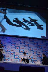 『リポビタンD』の新CM発表会では、書道家・高橋卓也氏による書道パフォーマンスも! (C)oricon ME inc.