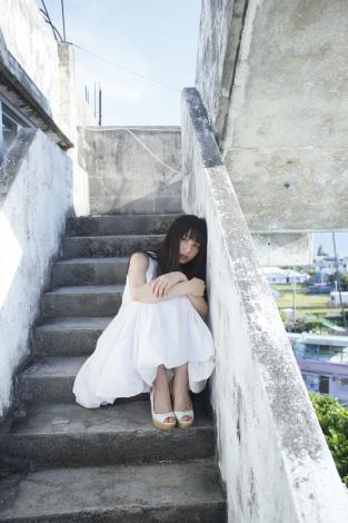 ブロンドヘアーの桜井日奈子さん