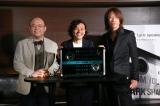 歌詞が表示されるスピーカー「Lyric speaker」の完成披露発表会に登場した(左から)Mistletoe(株)代表取締役社長兼CEO孫泰蔵氏、(株)SIX斉藤迅氏、TAKURO