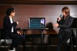 歌詞が表示されるスピーカー「Lyric speaker」の完成披露発表会に登場した(左から)TAKURO 、株)SIX斉藤迅氏