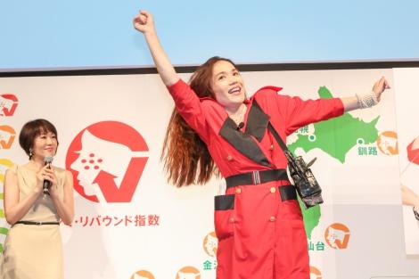 『シミ・リバウンド指数』発表会に登場した平野ノラ