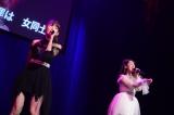 休演を発表していた小嶋陽菜(左)が伊豆田莉奈(右)とデュエット(C)AKS