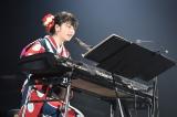 横山由依がピアノ弾き語りで「365日の紙飛行機」を熱唱〜『AKB48グループ同時開催コンサートin横浜〜今年はランクインできました祝賀会〜』(C)AKS