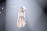 アリーナ後方の天井から宙吊りのブランコで登場した指原莉乃(C)AKS