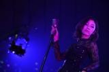 渡辺麻友はソロで「紛らしている」を披露〜『AKB48グループ同時開催コンサートin横浜〜今年はランクインできました祝賀会〜』(C)AKS