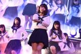 宮脇咲良はセンターで乃木坂46の「制服のマネキン」を披露〜『AKB48グループ同時開催コンサートin横浜〜今年はランクインできました祝賀会〜』(C)AKS