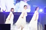 島崎遥香は元バイトAKBの2人と「光の中へ」を披露〜『AKB48グループ同時開催コンサートin横浜〜今年はランクインできました祝賀会〜』(C)AKS