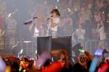 休演を発表していた小嶋陽菜がアンコールの「ひこうき雲」でトロッコに乗って登場〜『AKB48グループ同時開催コンサートin横浜〜今年はランクインできました祝賀会〜』(C)AKS