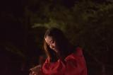 """鳥の求愛行動を真似した""""求愛ダンス""""を披露する蒼井優 (C)2016「オーバー・フェンス」製作委員会"""