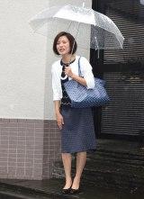 雨が降る中、取材に対応した三田寛子 (C)ORICON NewS inc.