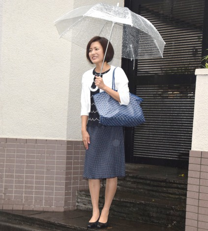 ミニスカート姿の三田寛子さん